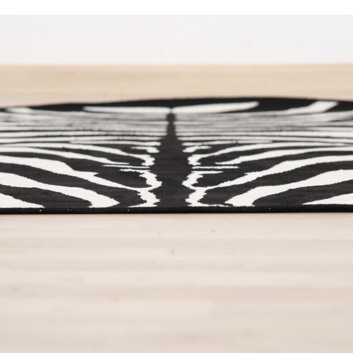 ARWEN koberec 40x60 cm v prevedeni vzor zebra, 100% viskóza, pohľad na koberec z boku
