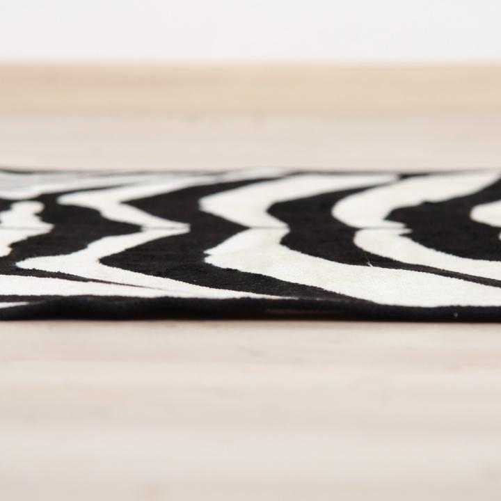 ARWEN koberec 40x60 cm v prevedeni vzor zebra, 100% viskóza, detail na koberec z boku