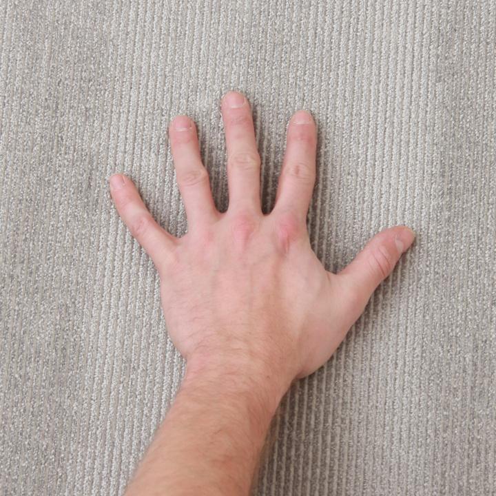 Koberec, sivá, 160x230,detail s rukou na výšku vlasu, FRODO