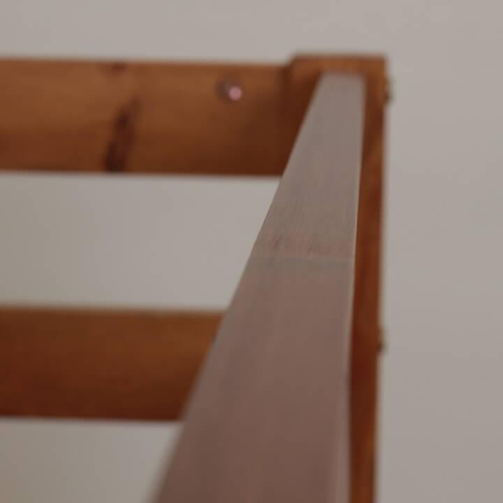 Poschodová posteľ, borovicové drevo svetlohnedá, VERSO - detail na hranu postele