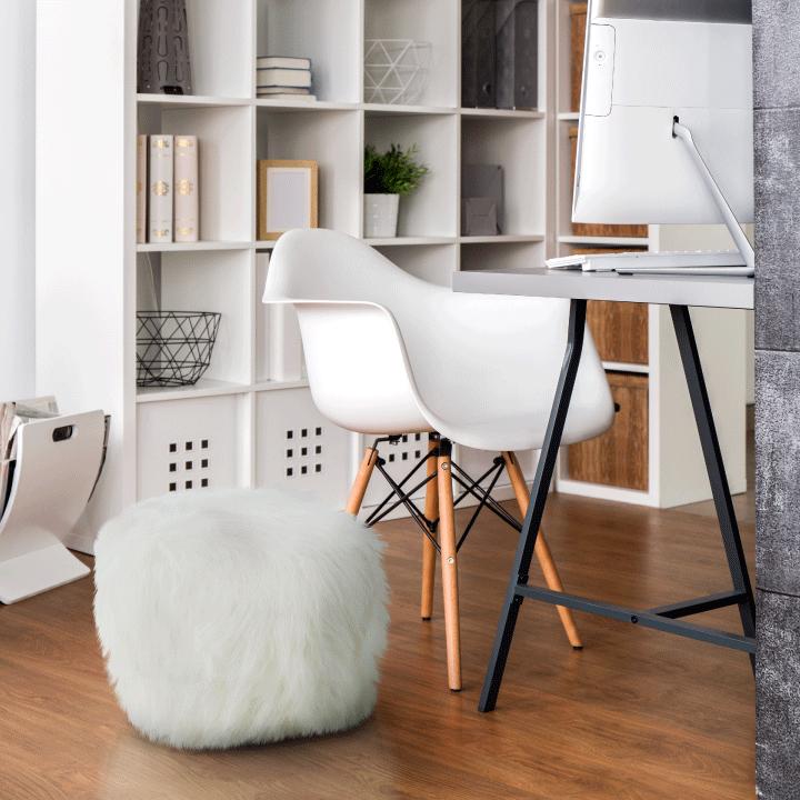 Taburet, umelá kožišina/polystyrén, biela, AZENE v interiéri