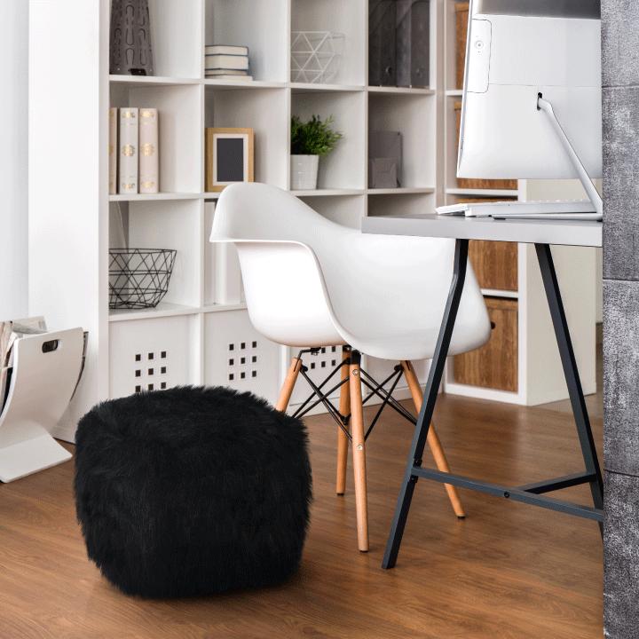 Taburet, umelá kožušina čierna, AZENE v interiéri